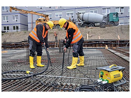 استفاده از شیلنگ ویبراتور در پروژه ساختمانی